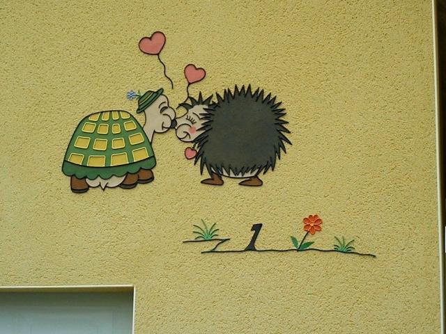 http://decors-robin.fr/wp-content/gallery/1-numero-maison/atelier-robin-numero-maison-decor-mural-tortue-herisson-fleur-animaux.jpg